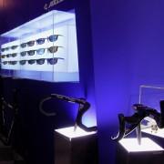手前の展示スタンドは1998年に自ら制作した 現在に至る10数年に渡り使用されている