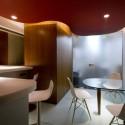 不定形にした天井が、囲まれた空間を視覚的に解放している