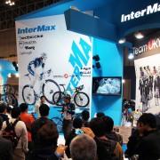 ステージ左脇のインターマックスサポートチーム(BLITZENとTeamUKYO)の壁面は、各トークショーに合わせて回転する