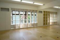 施工中の様子03〜オフィスエリアの棚(大胆な外窓との取り合い)