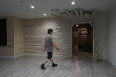 この入り口はAKIBI教員でもある、日本を代表する現代アーティストの高嶺格による製作