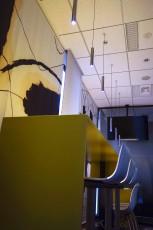 5階休憩室の15mmのアルミ板で構成したテーブルは、タワミを防止する貫構造を省くことで十分な強度を担保しつつもシャープな仕上がりを得ている(制作はsixinch JAPAN)